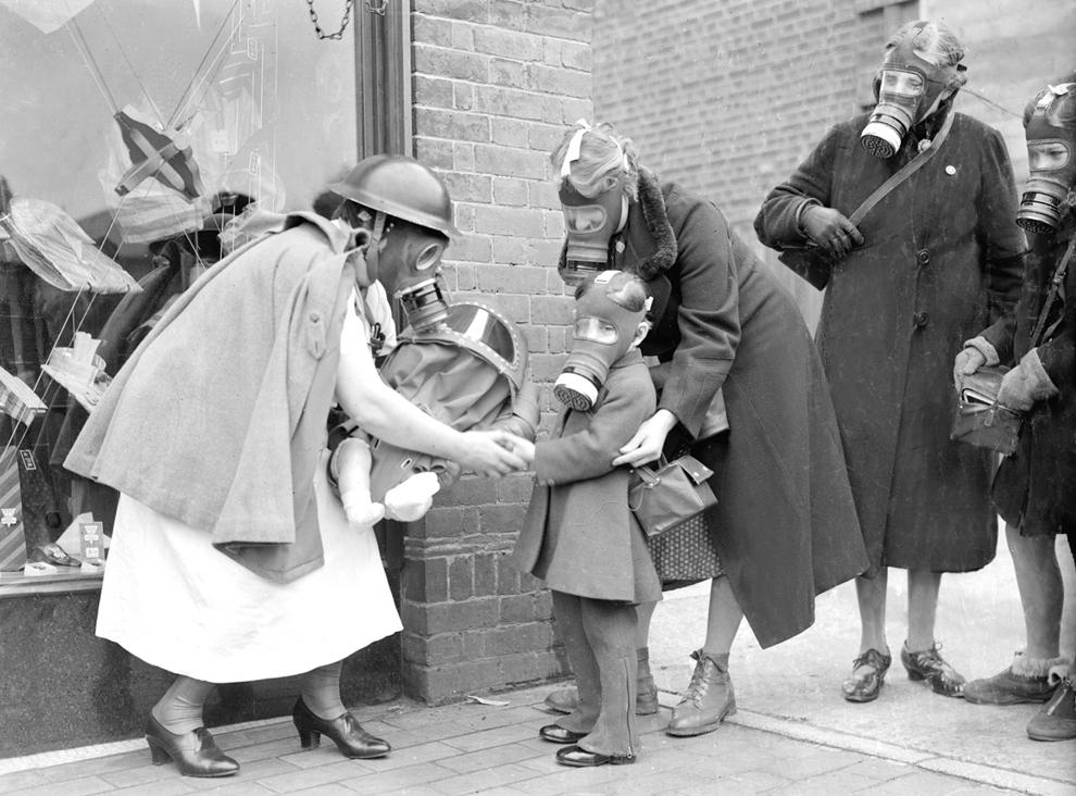 Civili participă la un exerciţiu de folosire a măştilor de gaze, pentru a fii pregătiţi în eventualitatea unui atac german cu gaze toxice, în Esher, Marea Britanie.
