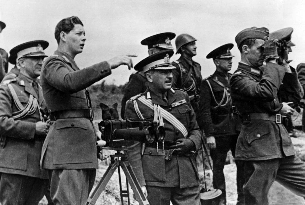 Regele Mihai I al României,  înconjurat de ofiţeri superiori ai armatei române, la un post de observare, în faţa poziţii defensive sovietice din Crimeea, în septembrie 1941.