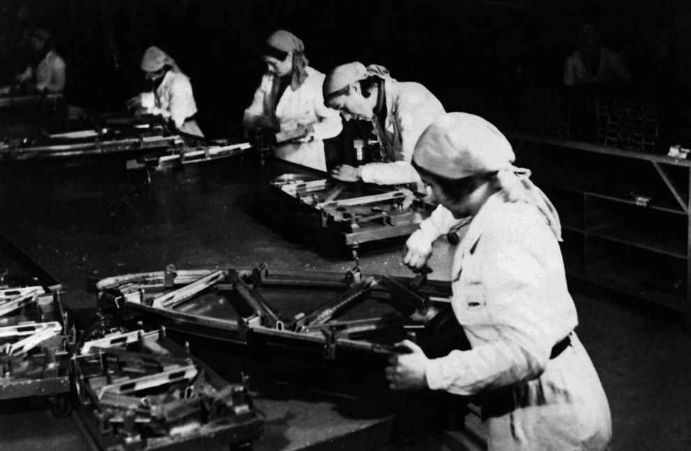 Femei lucrează pentru efortul de război, într-o fabrică de avioane militare, în timpul celui de-al doilea război mondial, în decembrie 1939, undeva în Franţa.