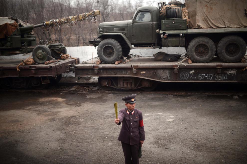 Un controlor de trafic feroviar nord-coreean semnalizează în dreptul căii ferate care leagă Phenianul de provincia nordică Phyongan, pe coasta vestică a Coreei de Nord, duminică, 8 aprilie 2012.
