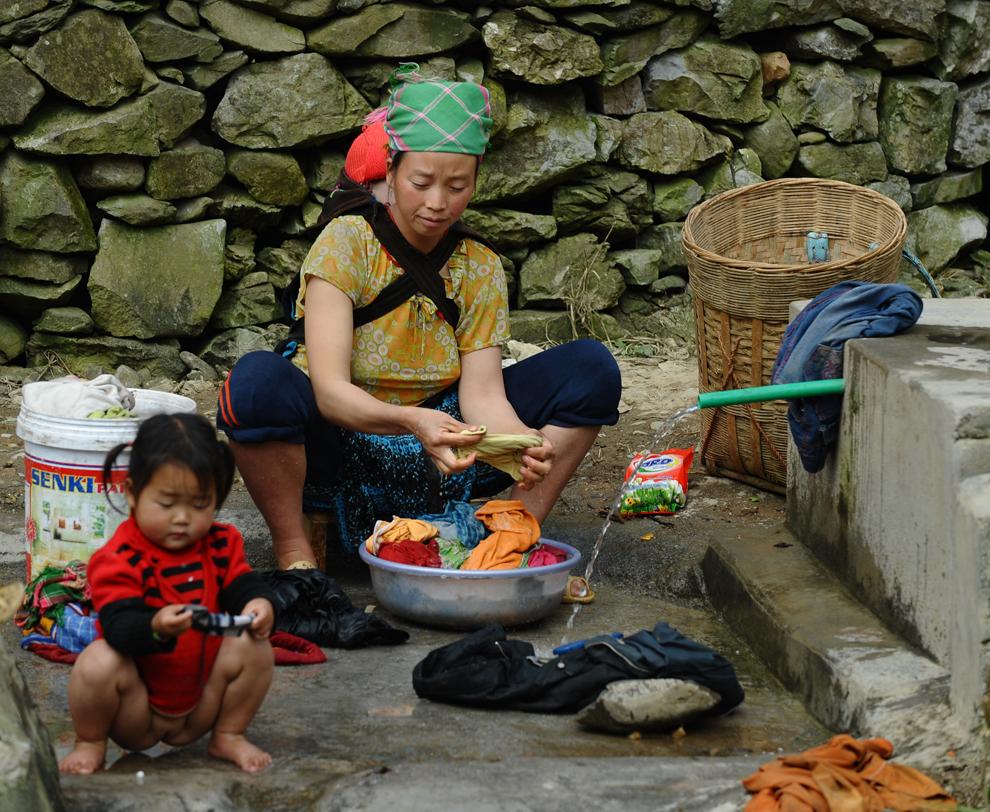 O fotografie realizată joi, 8 martie 2012, înfăţişează o femeie din tribul H'mong spălându-şi hainele la o cişmea, în provincia nordică a Vietnamului, Ha Giang.