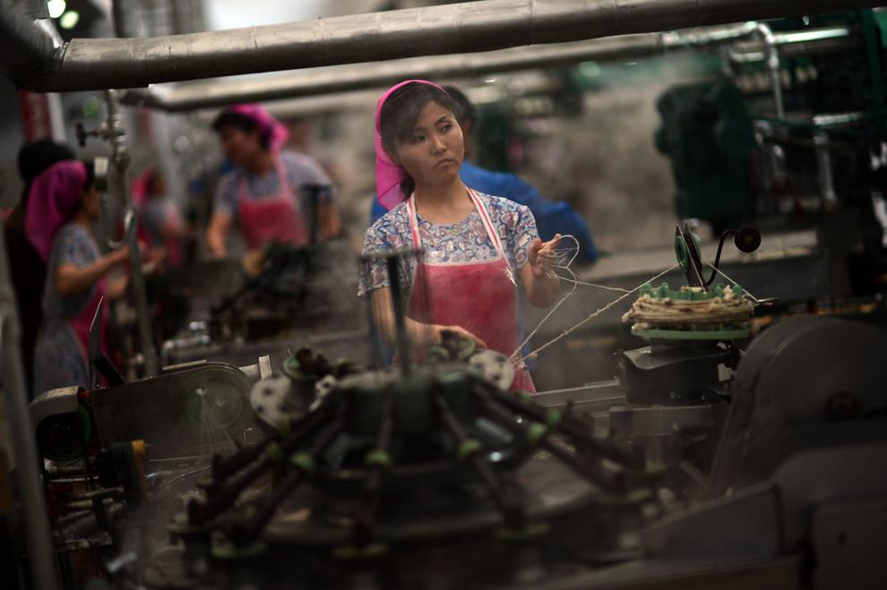 O muncitoare nord-coreeană lucrează într-o fabrică de textile din Phenian, luni, 9 aprilie 2013.
