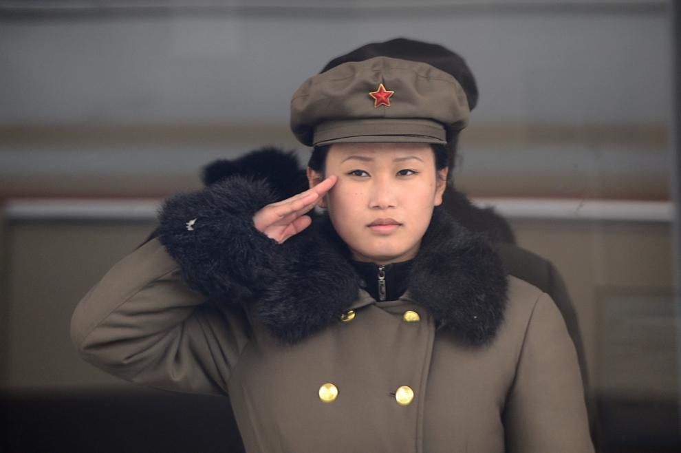O angajată a armatei nord-coreene salută, în Phenian, joi, 12 aprilie 2012.