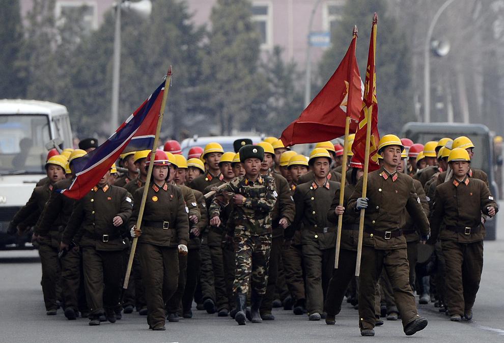 Soldaţi nord-coreeni mărşăluiesc în Phenian, joi, 12 aprilie 2012.