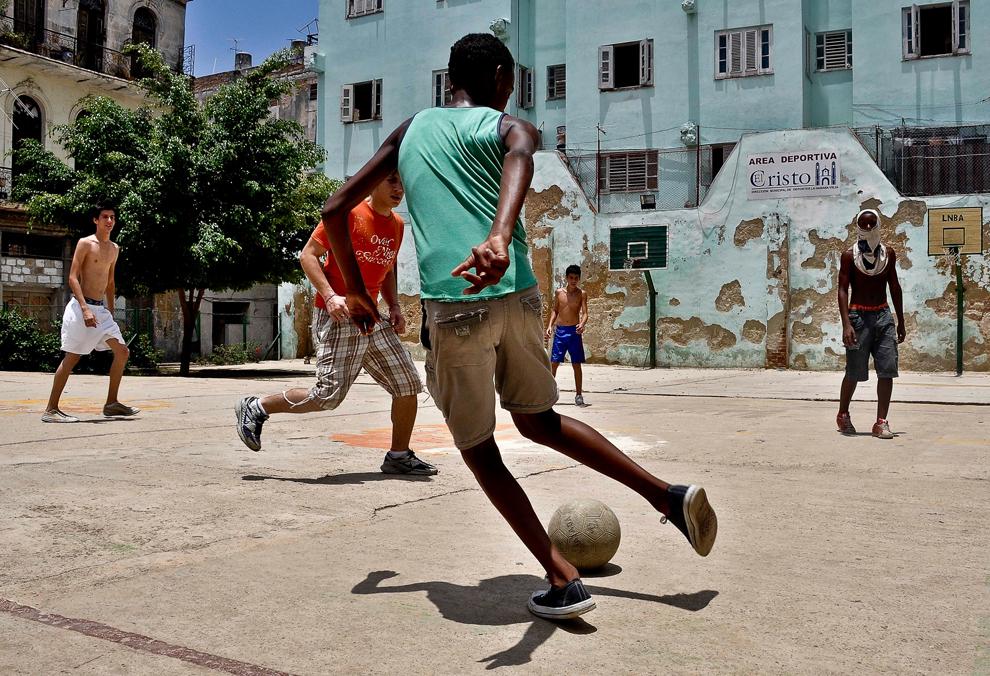Tineri cubanezi joacă fotbal pe un teren de sport din Havana, joi, 10 iunie 2010.