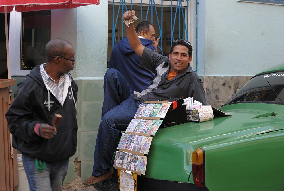 Un bărbat vinde cd-uri pe o stradă din Havana, miercuri, 29 decembrie 2010.