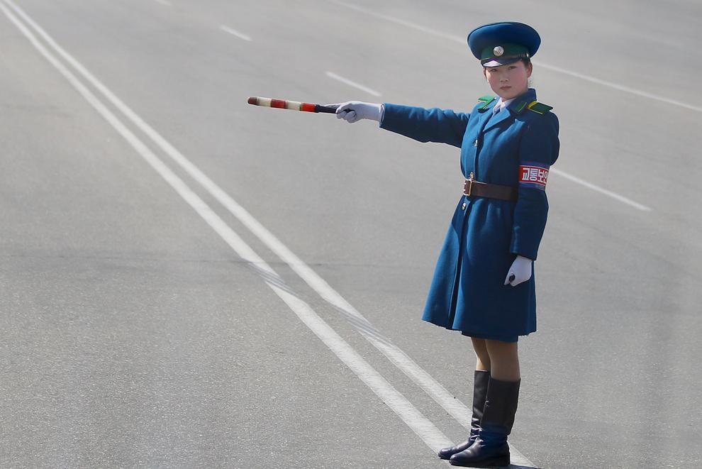 O tânără poliţistă dirijează traficul, în Phenian, duminică, 3 aprilie 2011.