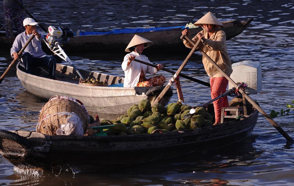 Un fermier soseşte cu barca sa încărcată cu fructe, cunoscute sub numele durian, în piaţa plutitoare Cai Rang din oraşul sudic al Vietnamului, Can Tho, duminică, 11 iulie 2010.