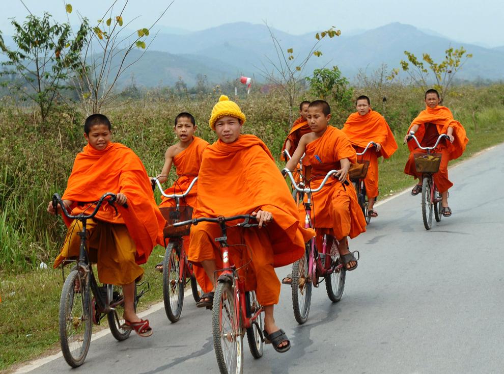 O fotografie realizată luni, 14 martie 2011, înfăţişează tineri călugări budişti mergând pe bicicletă pe un drum din  zona oraşului nordic al Laosului, Loung Namtha.