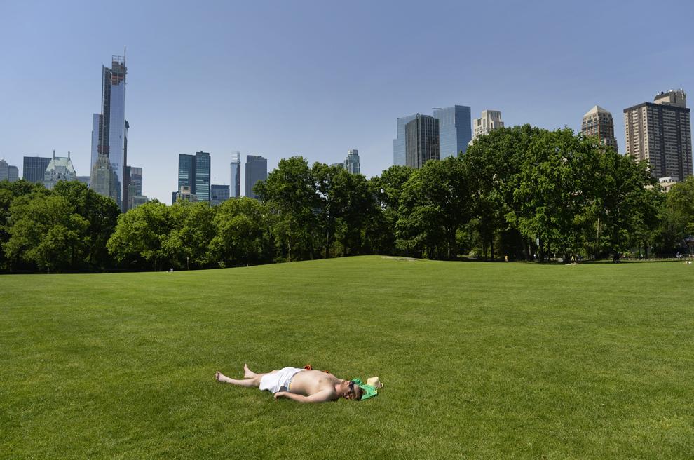 Un bărbat face plajă pe pajiştea Sheep Meadow din Central Park, în New York, joi, 30 mai 2013.