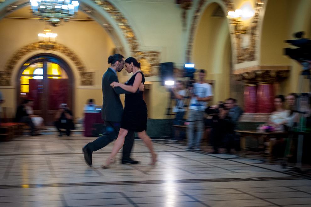 Un cuplu dansează în timpul Balului Bucureştiului Interbelic - editia a IV-a, la Cercul Militar Naţional din Bucureşti, joi, 23 mai 2013.