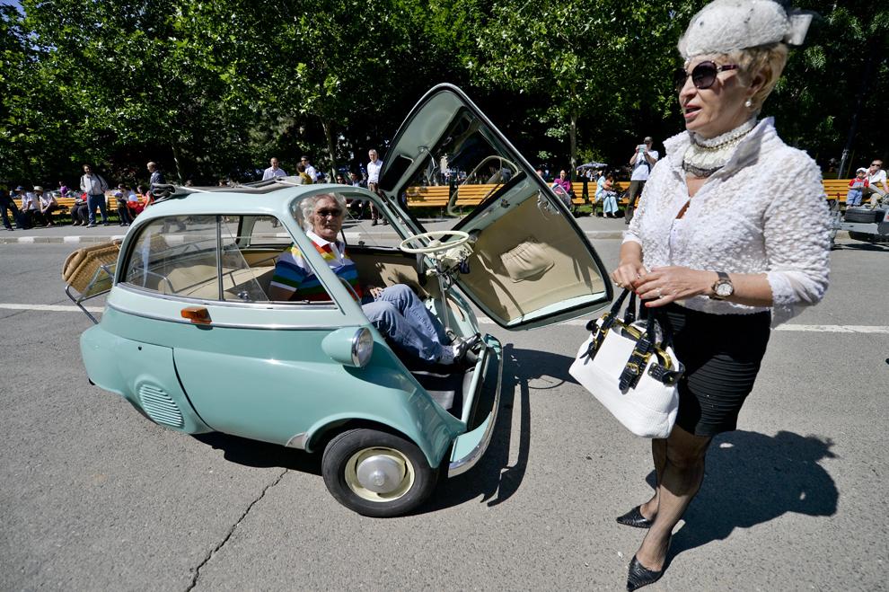 O maşină BMW Isetta fabricată în 1957 este expusă înaintea paradei autovehiculelor de epoca organizată de Primaria Sectorului 2, în Bucureşti, sâmbătă, 25 mai 2013.