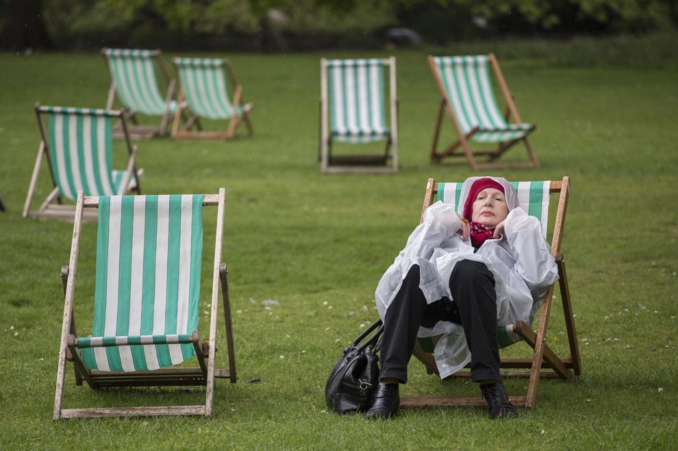 O femeie se odihneşte pe un şezlong, în parcul Saint James din Londra, joi, 9 mai 2013.