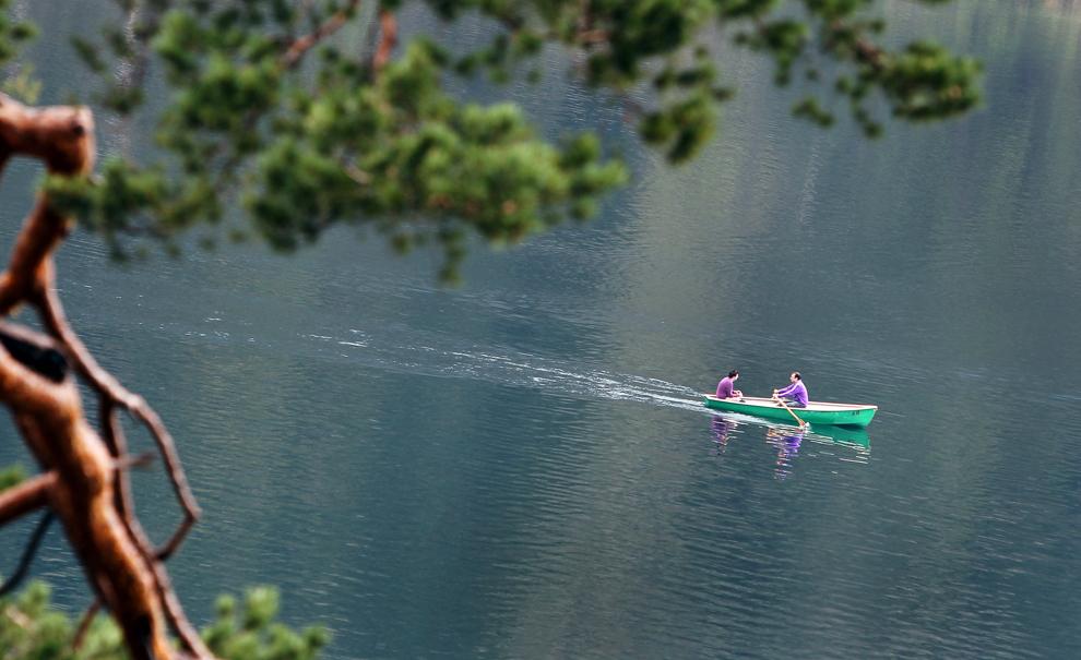 Două persoane se plimbă cu barca pe lacul Alpsee din apropierea localităţii Hohenschwangau, în sudul Germaniei, miercuri, 1 mai 2013.