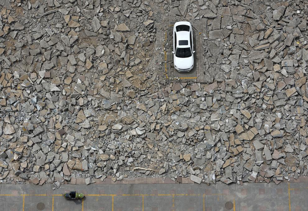 O maşină rămasă într-o parcare desfiinţată este înconjurată de dărâmături după începerea lucrărilor de lărgire a unei străzi din Taiyuan, în provincia Shanxi din nordul Chinei, luni, 6 mai 2013. Muncitorii au început să lucreze în jurul maşinii după ce mai multe zile la rând au încercat fără succes sa îl contacteze pe proprietar.