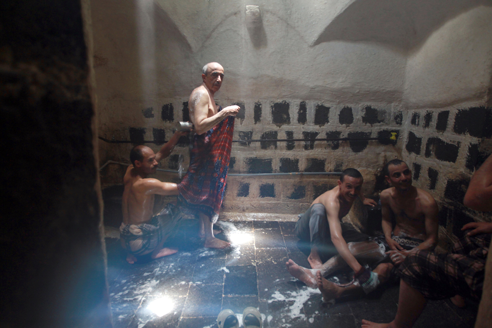 Mai mulţi bărbaţi yemeniţi se bucură de o baie cu aburi în interiorul unui hamam turcesc vechi de 410 ani, în oraşul vechi din Sanaa, duminică, 5 mai 2013.