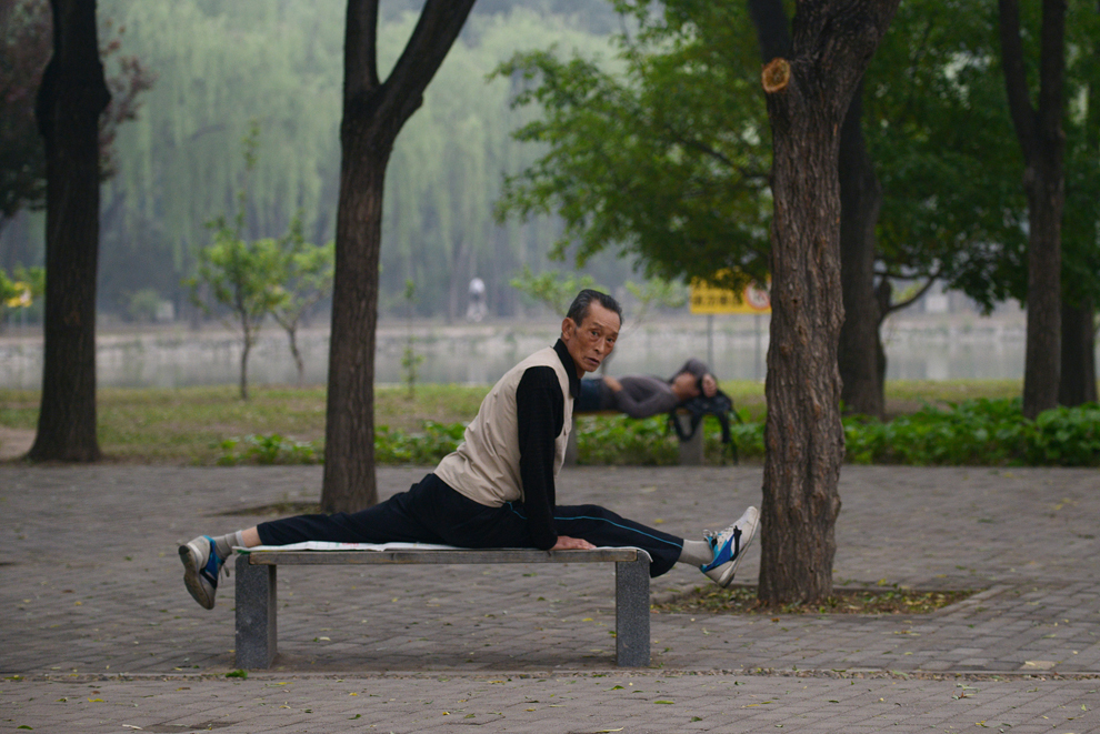 Un bărbat face sport într-un parc din Beijing, vineri, 7 iunie 2013.