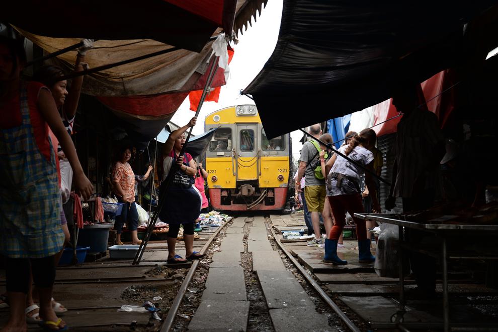 Un tren trece printr-o piaţă din Maeklong, 60 km sud-vest de Bangkok, marţi, 25 iunie 2013.