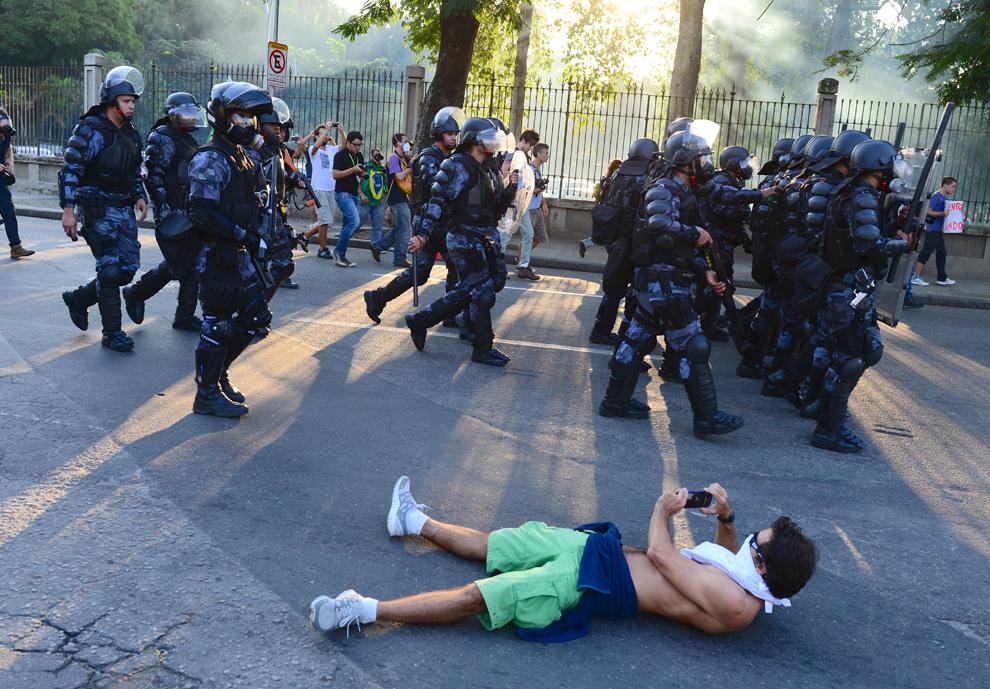 Forţe de ordine pot fi văzute pe străzile oraşului Rio de Janeiro, Brazilia, lângă stadionul Maracana, duminică, 16 iunie 2013.