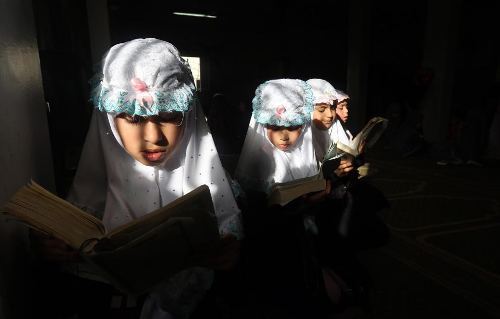 Fetiţe palestiniene citesc versete din Koran, într-o moschee din Gaza, duminică, 9 iunie, 2013.
