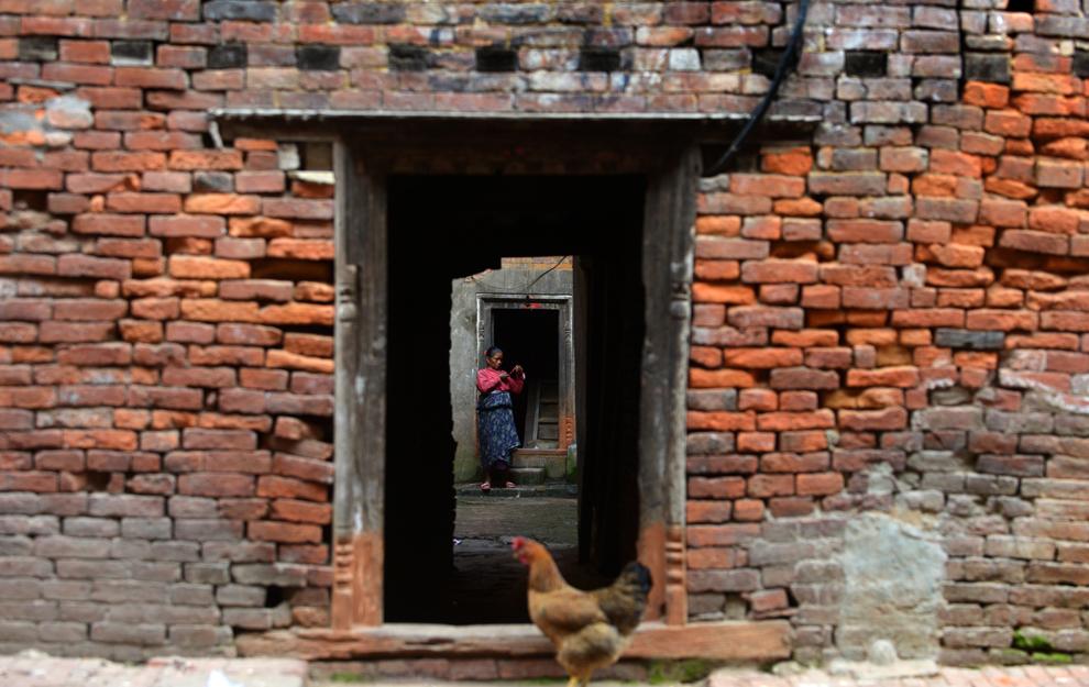O femeie din Nepal stă în casa ei din Bhaktapur, Nepal, luni, 3 iunie 2013.