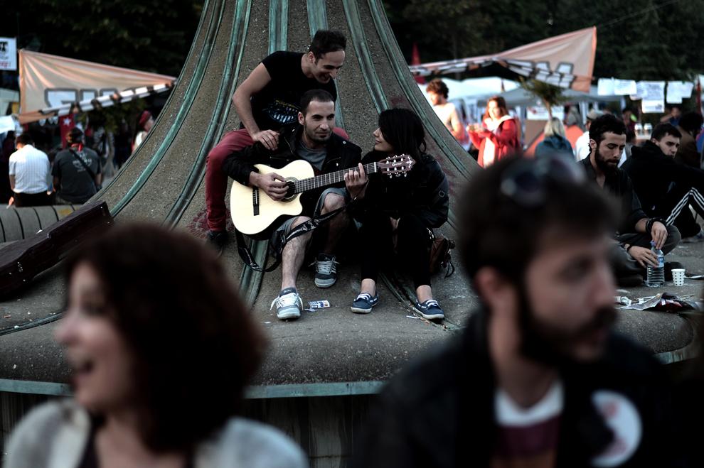 Protestatari stau în parcul Gezi, lângă piaţa Taksim din Istanbul, Turcia, sâmbătă, 8 iunie 2013.
