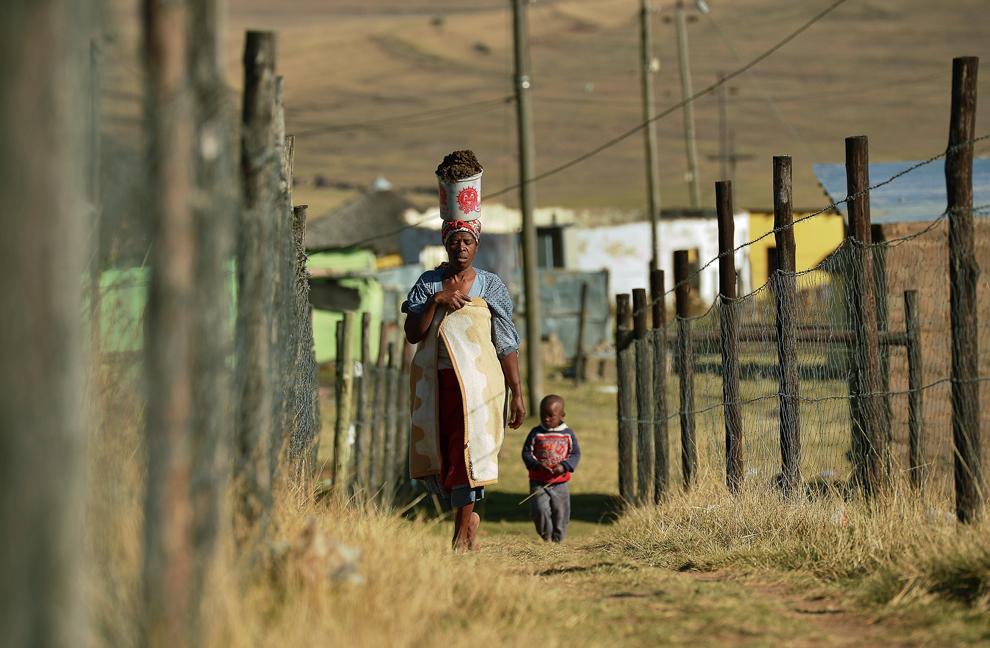 O femeie este fotografiată alături de copilul ei în satul Qunu, unde a crescut  fostul preşedinte sud african, Nelson Mandela, miercuri, 26 iunie 2013.