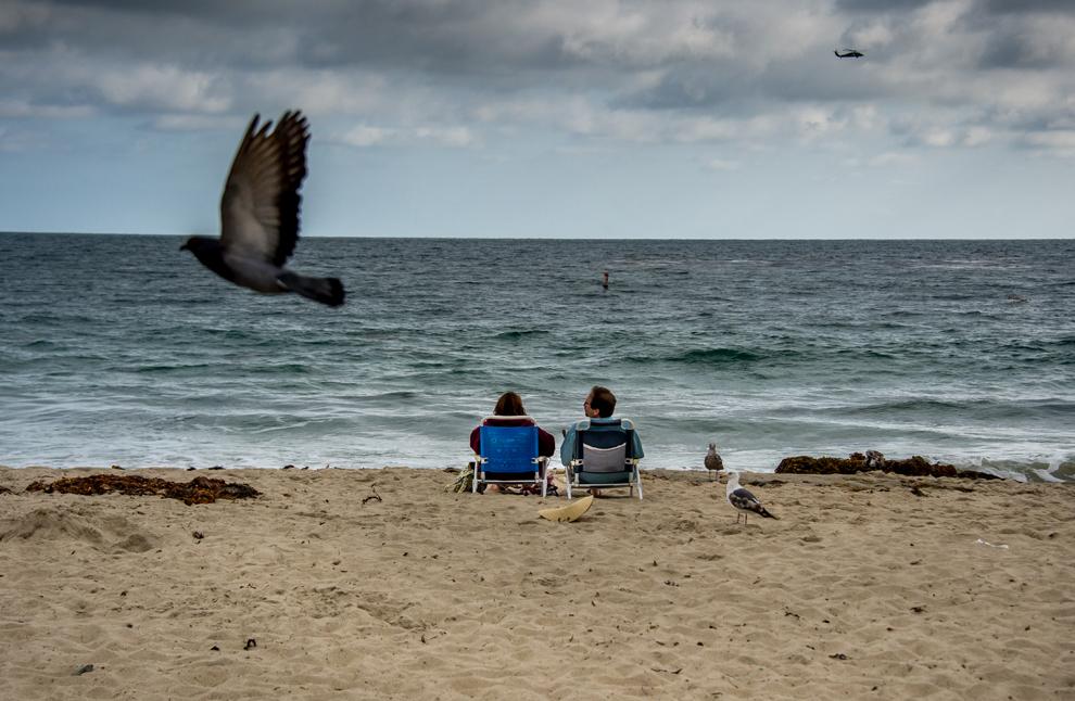 Un cuplu se odihneşte pe plaja Laguna, în California, luni, 3 iunie 2013.