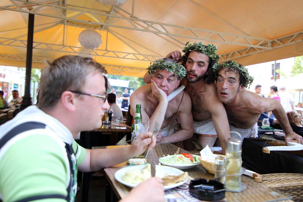 Compania Les Goulus (Franţa) prezintă spectacolul itinerant Cupidonii, în cadrul ediţiei a XX-a a Festivalului Internaţional de Teatru de la Sibiu, pe bulevardul pietonal Nicolae Bălcescu, luni, 10 iunie 2013.
