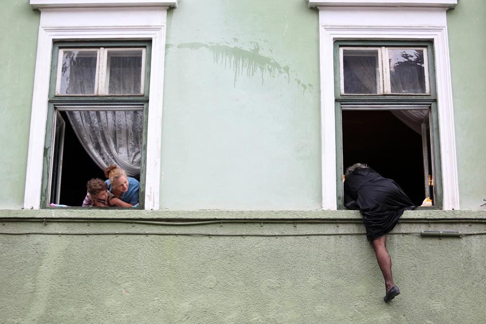 """Theatre Irrwisch (Austria) prezintă spectacolul de stradă """"Bunicuţele"""", în cadrul Festivalului Internaţional de Teatru de la Sibiu, în Piaţa Mică, marţi, 11 iunie 2013."""