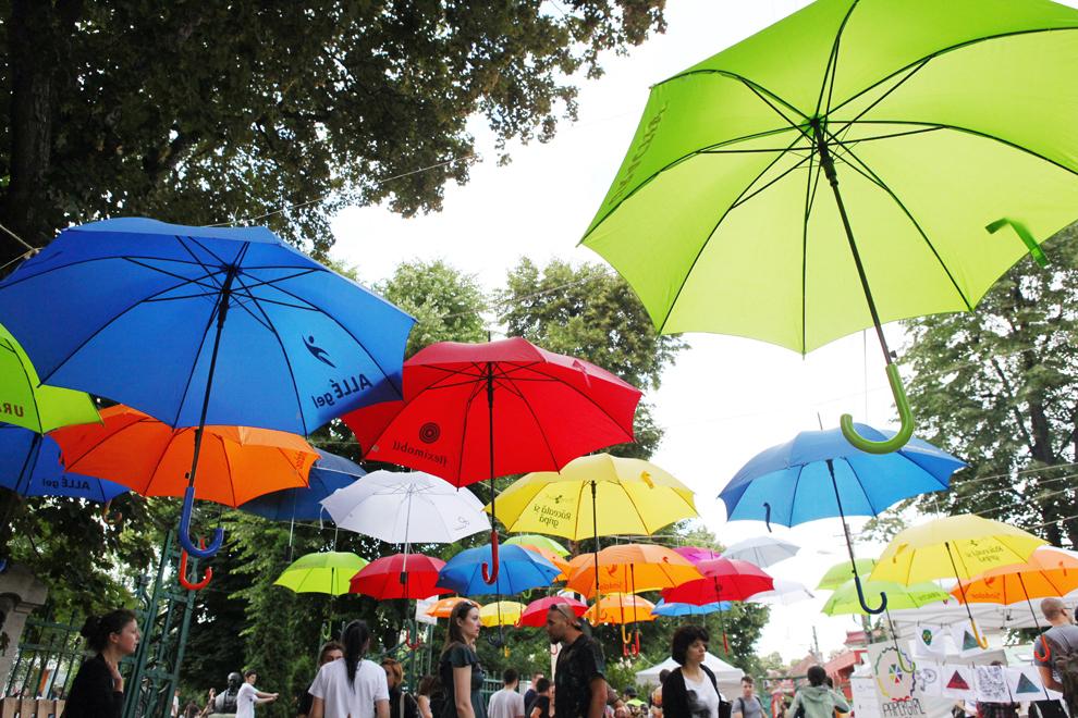 Umbrele sunt aşezate deasupra străzii Pogor din Iaşi, în timpul evenimentului Street Delivery, vineri, 14 iunie 2013.