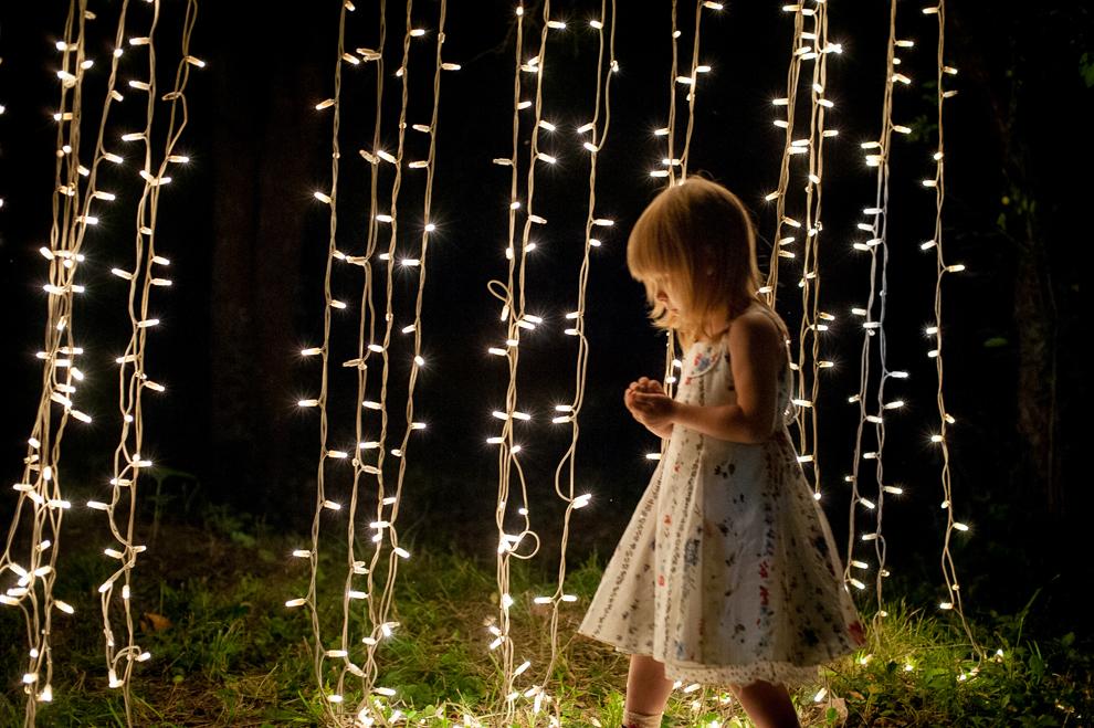 """O fetiţă se joacă în timpul evenimentului """"Arta şi Sânziene la Minovici"""", aflat la cea de a şasea ediţie, în Bucuresti, duminică, 23 iunie 2013."""
