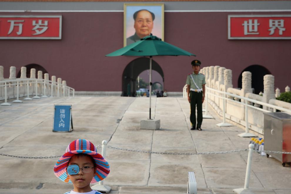 Un copil pozează în uniformă de poliţist chinez în piaţa Tiananmen din Beijing, China, 3 iunie, 2013.