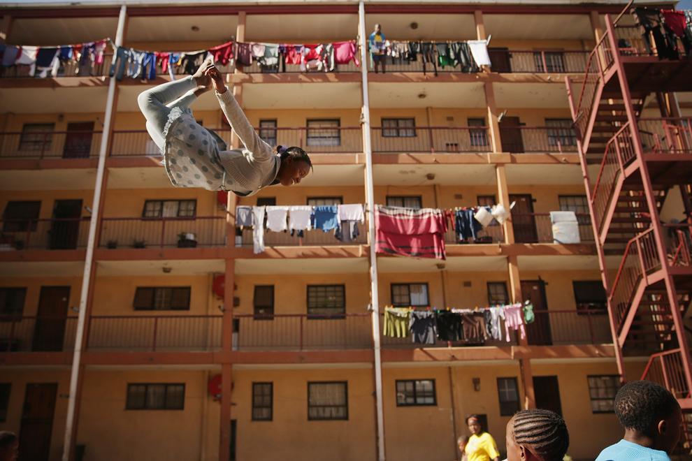 Phaphama Nxumalo, 12 ani, membră a companiei Alexandra, exersează pe o alee din Johannesburg, Africa Sud, miercuri, 26 iunie, 2013.