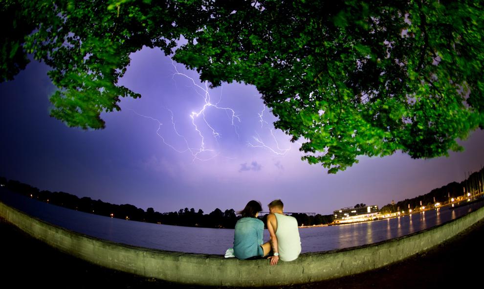 Un cuplu stă pe malul lacului Maschsee din centrul Germaniei în timpul unei furtuni, miercuri, 19 iunie 2013.