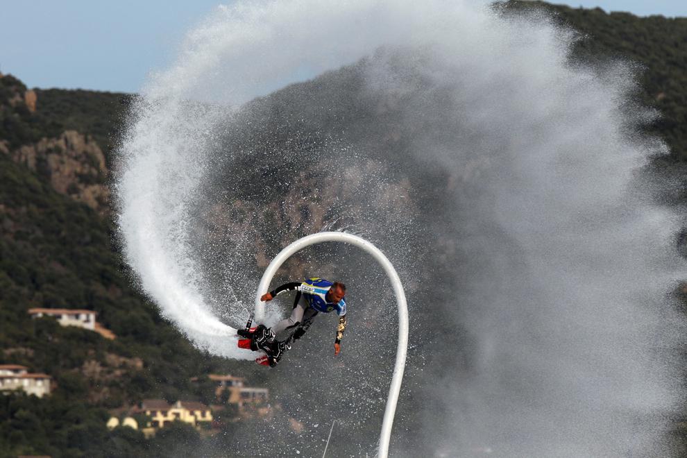 Un bărbat folosind un flyboard evoluează in Porto-Vecchio, joi, 27 iunie 2013.