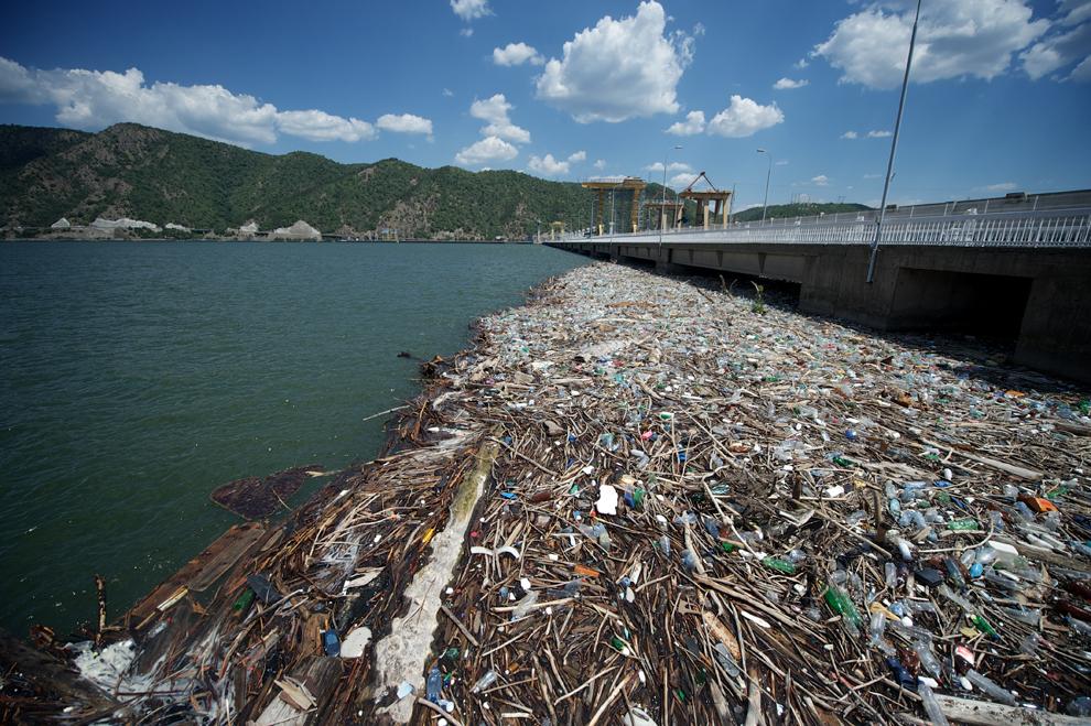 O fotografie realizată miercuri, 24 iulie 2013, înfăţişează modul în care deşeurile sunt colectate de hidrocentrala Djerdap I, situată pe fluviul Dunărea, în apropierea orasului Kladovo din Serbia.