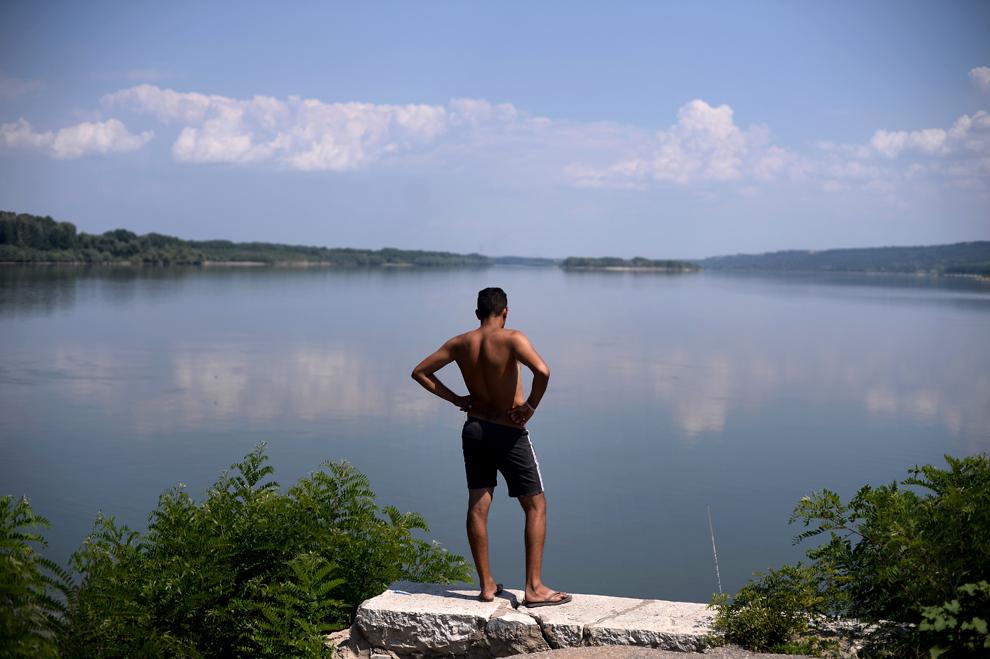 Un tânăr priveşte în distanţă de pe malul bulgăresc al Dunării, în Dolni Tsibar, joi, 18 iulie 2013.