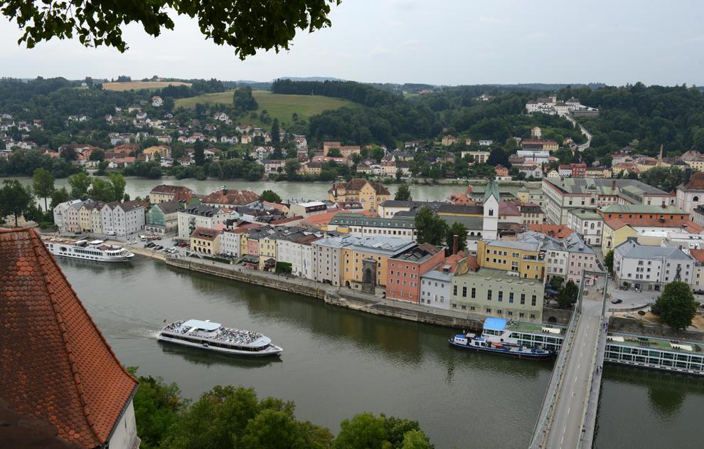 Un vas cu turişti se deplasează pe Dunăre, în zona oraşului Passau din sudul Germaniei, luni, 29 iulie 2013.