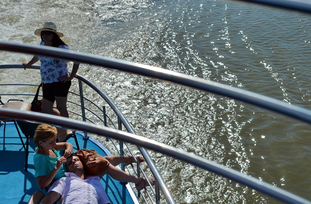 Mai mulţi pasageri pot fi văzuţi la bordul navei 'Moldova', pe braţul Sulina al Dunării, în inima Deltei Dunării, miercuri, 24 iulie 2013.