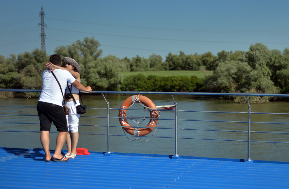 Un cuplu poate fi văzut la bordul navei 'Moldova', pe braţul Sulina al Dunării, în inima Deltei Dunării, miercuri, 24 iulie 2013.