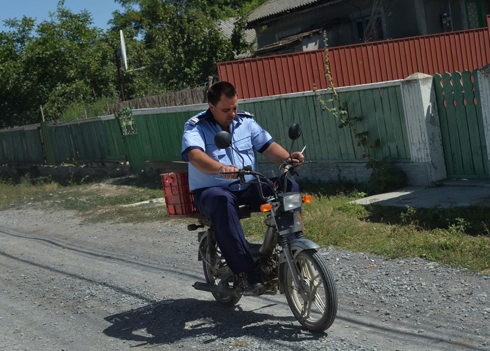 Un poliţist se deplasează cu o motocicletă, în satul Crisan din inima Deltei Dunării, miercuri, 24 iulie 2013.