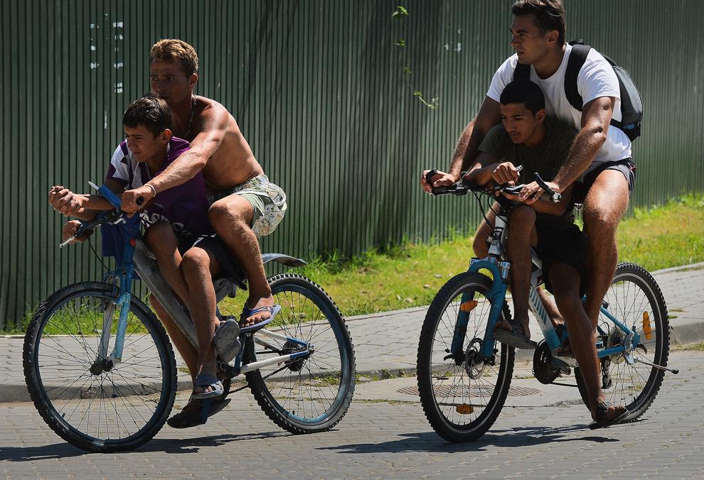 Mai mulţi tineri se deplasează cu bicicletele în oraşul Sulina, aflat în apropierea unui braţ al Dunării, joi, 25 iulie 2013.