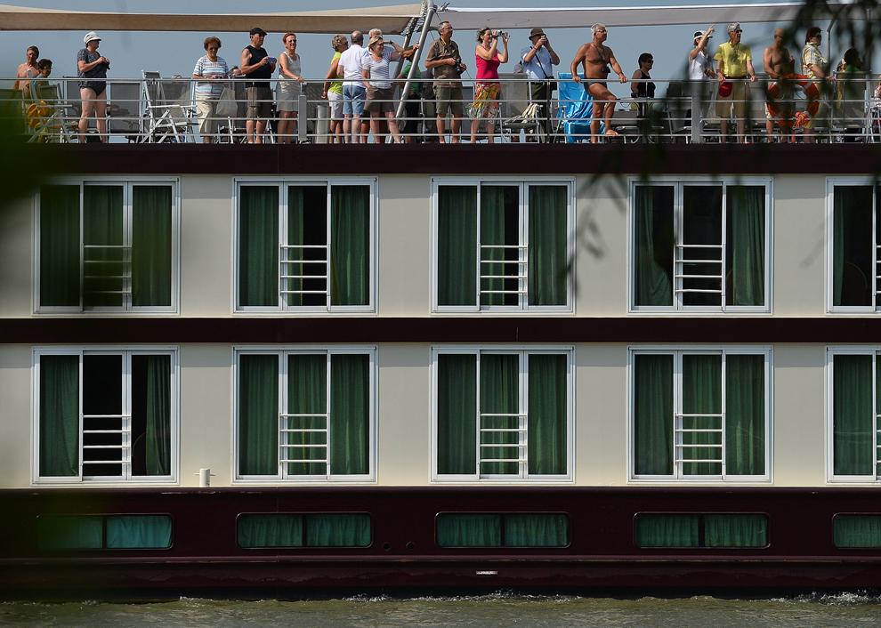 Un vas de croazieră, transportând turişti străini, navighează pe Dunăre în zona oraşului Sulina, joi, 25 iulie 2013.