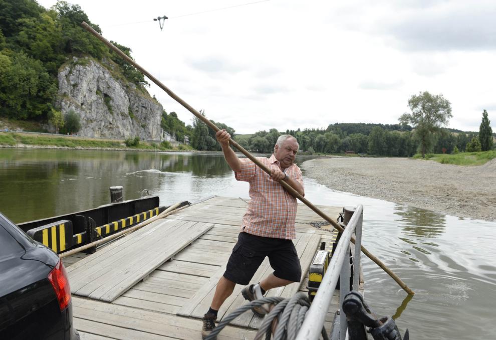 Un barcagiu îşi dirijează bacul spre unul dintre malurile Dunării, în apropierea micului oraş Weltenburg, în sudul Germaniei, luni, 29 iulie 2013.