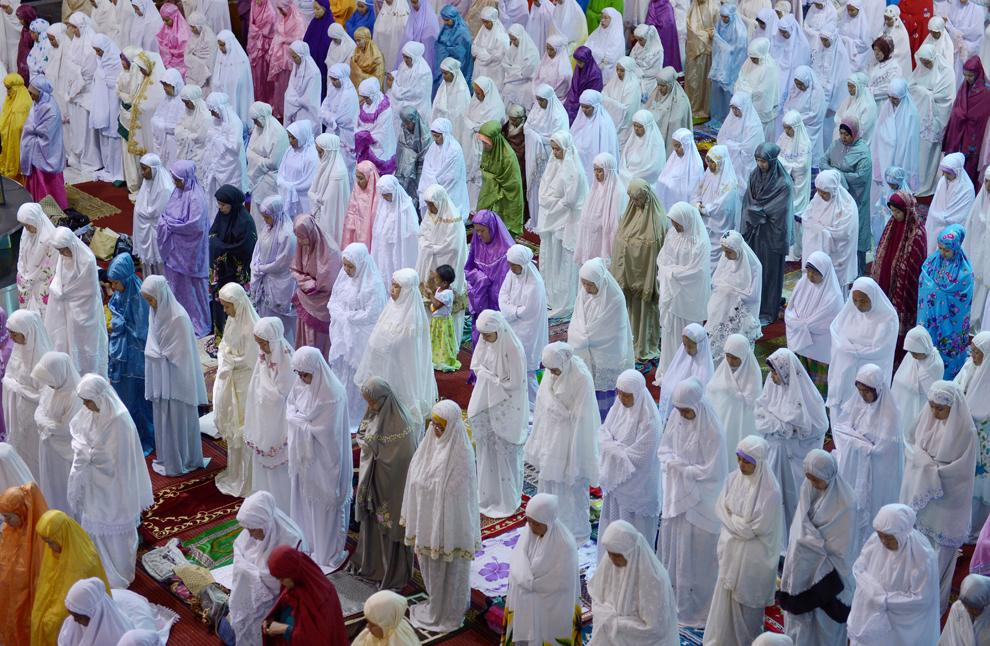 Femei musulmane indoneziene se roagă în prima noapte a Ramadanului, la moscheea Istiqlal din Jakarta, marţi, 9 iulie 2013.