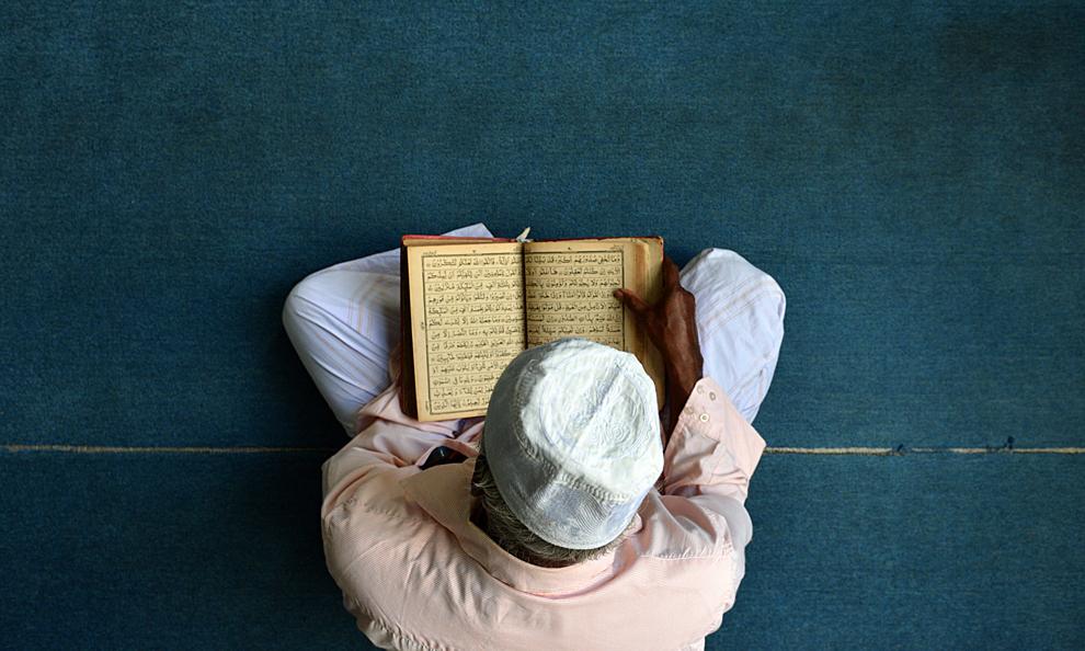 Un musulman srilankez se roagă la sfârşitul zilei de post, la o moschee din Colombo, vineri, 12 iulie 2013.