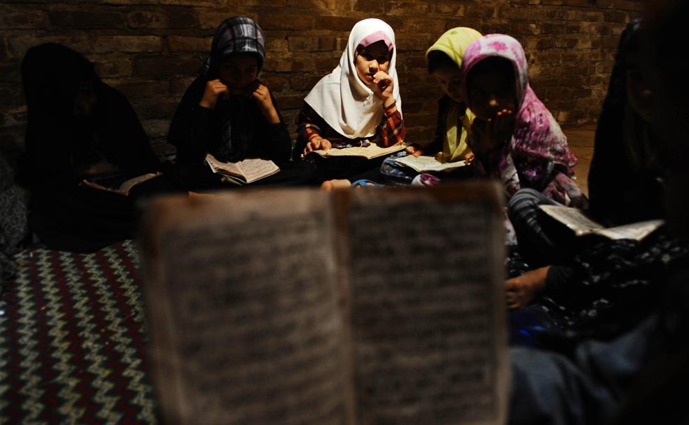 Copii afgani memorează Coranul la o şcoală religioasă din Herat, în timpul Ramadanului, luni, 22 iulie 2013.