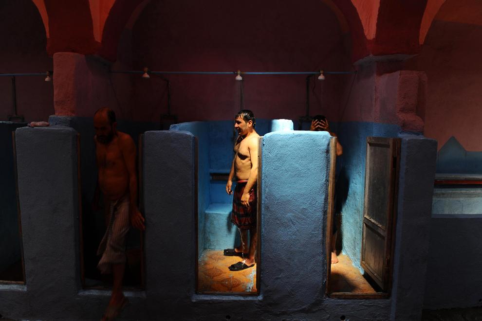 Bărbaţi afgani fac duş într-un hamam tradiţional, în Herat, joi, 25 iulie 2013. Afganii vin de obicei dimineaţa în camerele umplute cu abur, pentru o sesiune de o oră, plătind fiecare cate 50 de afgani (1 dolar).