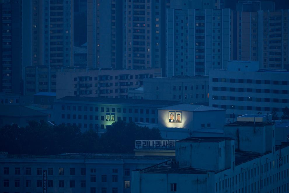 Portrete ale fostilor lideri nord-coreeni, Kim Il-Sung şi Kim Jong-Il, sunt expuse pe clădiri din Phenian, sâmbătă, 27 iulie 2013.